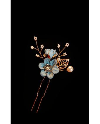 Шпилька с голубыми цветами