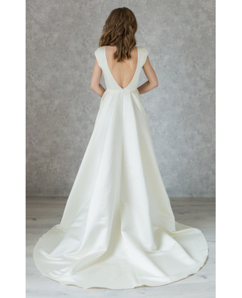 Классическое атласное свадебное платье с камушками по талии