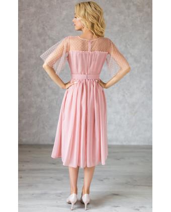 Пудровое коктейльное платье с красивым декольте