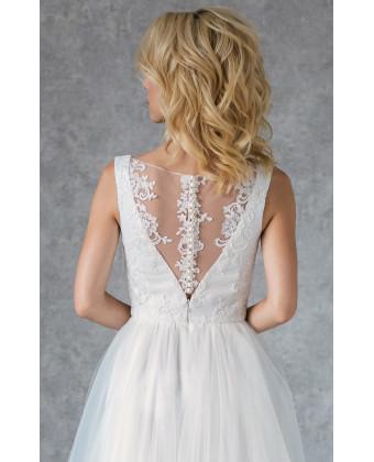 Свадебное платье с кружевом и пуговками по спинке