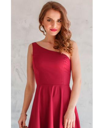 Платье на одно плечо марсала