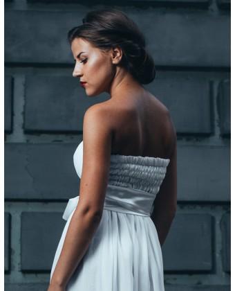 Длинное белое платье с атласным бантом