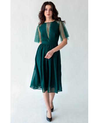 Изумрудное коктейльное платье с красивым декольте